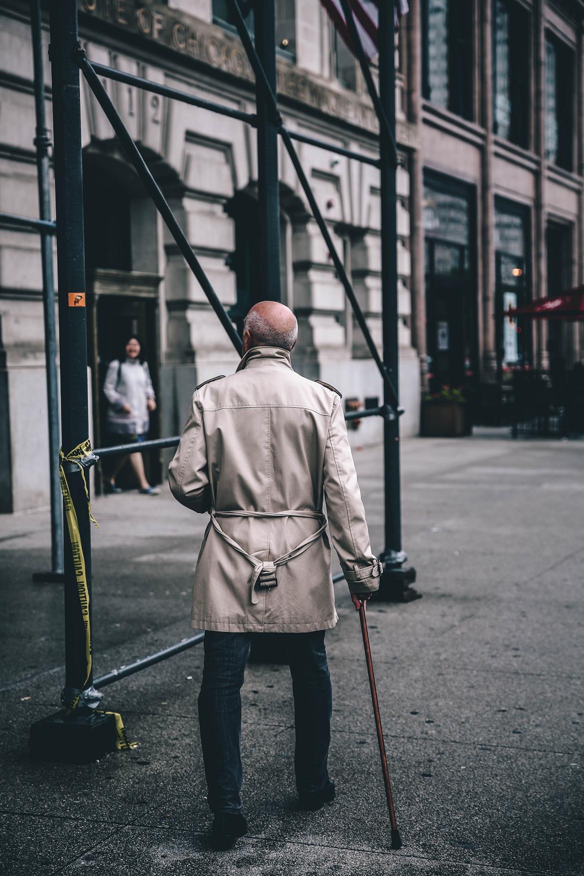 mężczyzna chory na alzheimera na spacerze
